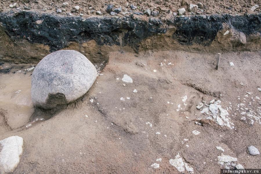 На фото: Профиль кургана, его песчаная дуга, нарушенная ямами (тёмный слой)