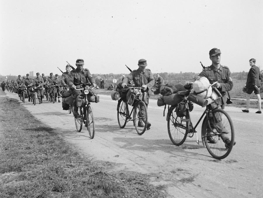 Немецкие солдаты капитулировавших сил вермахта в Голландии возвращаются в Германию на велосипедах. Фото из Национального архива Нидерландов