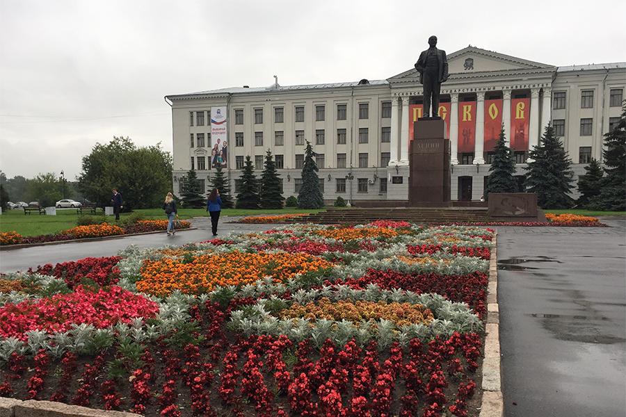 На фото: Клумба на площади Ленина