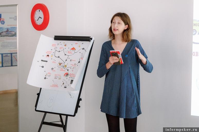 На фото: Екатерина Гущина и её карта. Фото Алексея Архипова (Фонд «Общественное мнение»)
