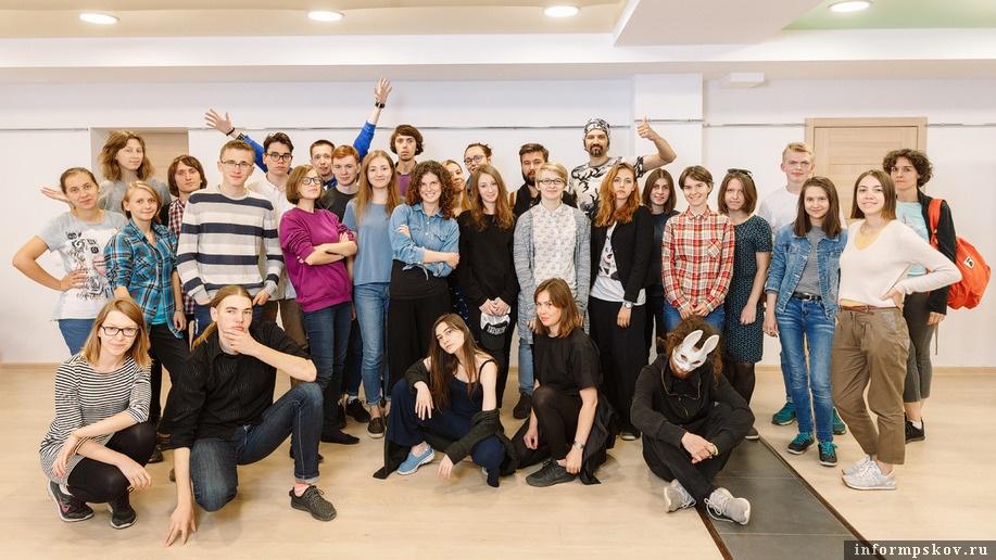 На фото: участники школы-лаборатории. Фото Алексея Архипова (Фонд «Общественное мнение»)