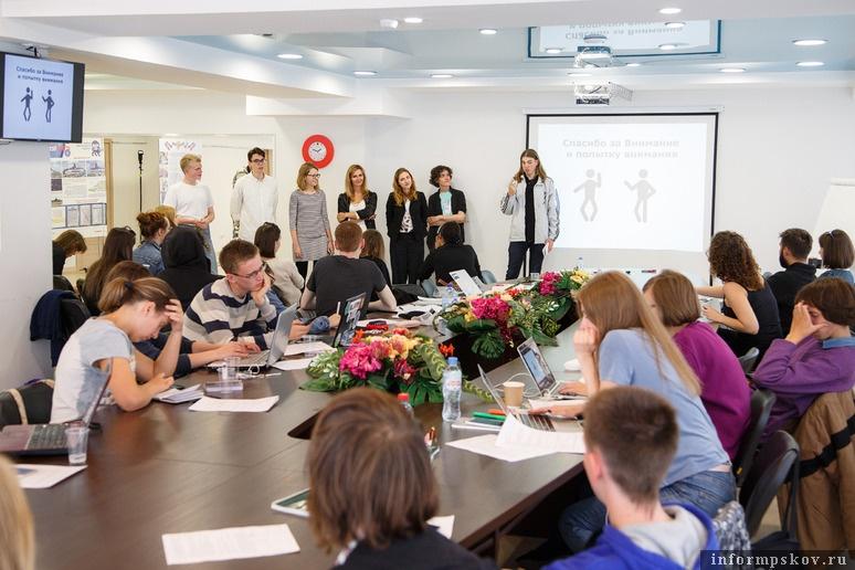 На фото: участники школы, работавшие в Порхове. Фото Алексея Архипова (Фонд «Общественное мнение»)