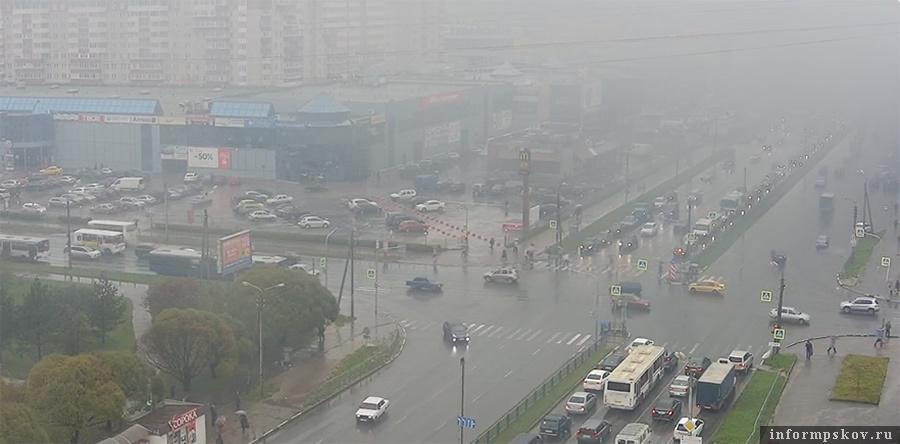 Из-за пожара в районе перекрёстка Коммунальной и Юбилейной наблюдалось сильное задымление. Скриншот с трансляции веб-камеры pskovonline.tv