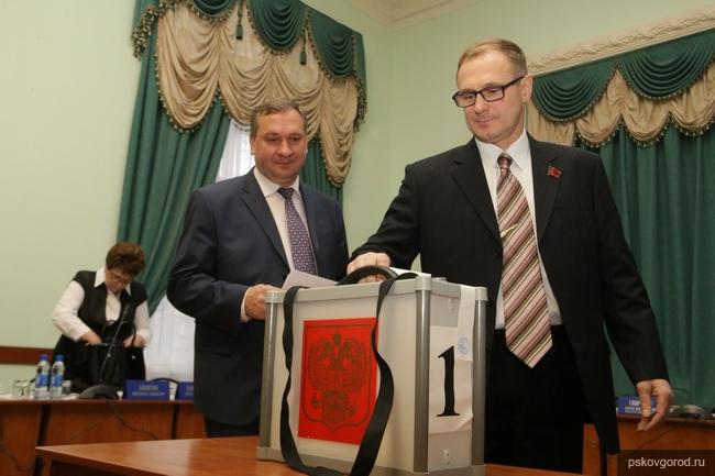Иван Цецерский (в центре)