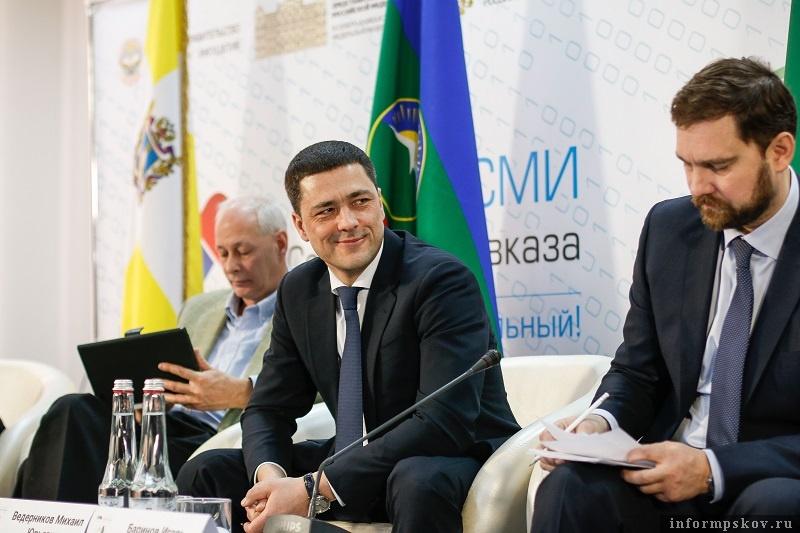 Михаил Ведерников (в центре) на Форуме СМИ Северного Кавказа