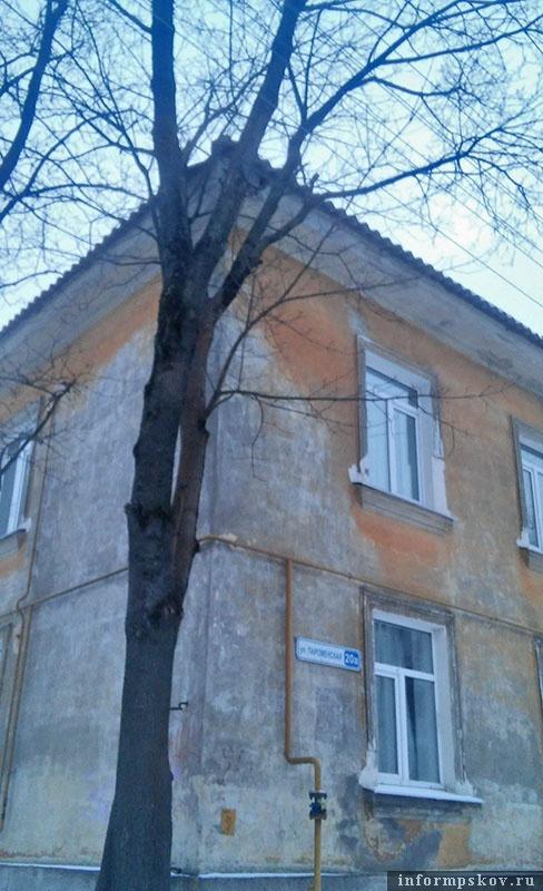 Дыра в крыше - аккурат на углу здания