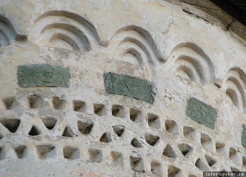 Пояс из глазурованных керамических изразцов на церкви Георгия со Взвоза. Фото с schwarzze.livejournal.com