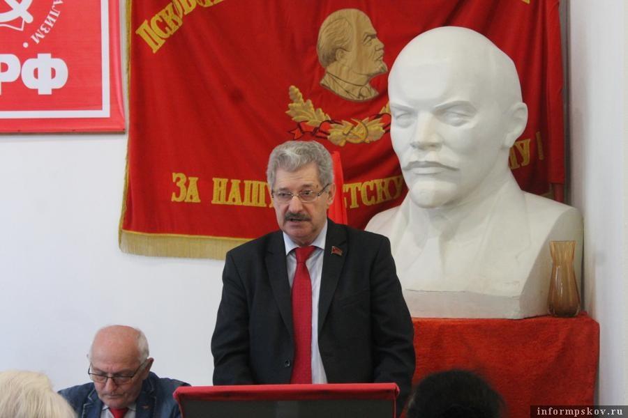 Петр Алексеенко (в центре)