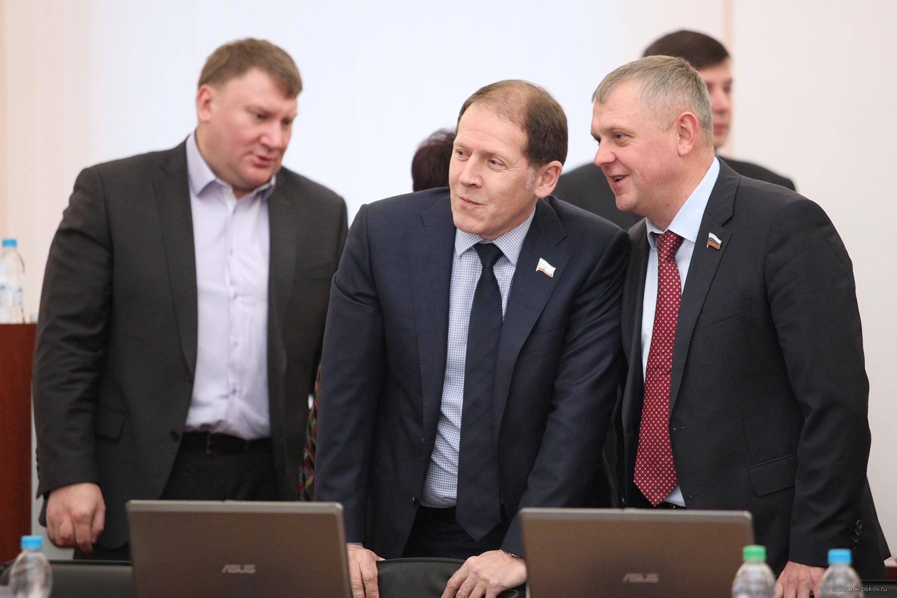 Юрий Сорокин (в центре) занял ставший вакантным пост вице-спикера