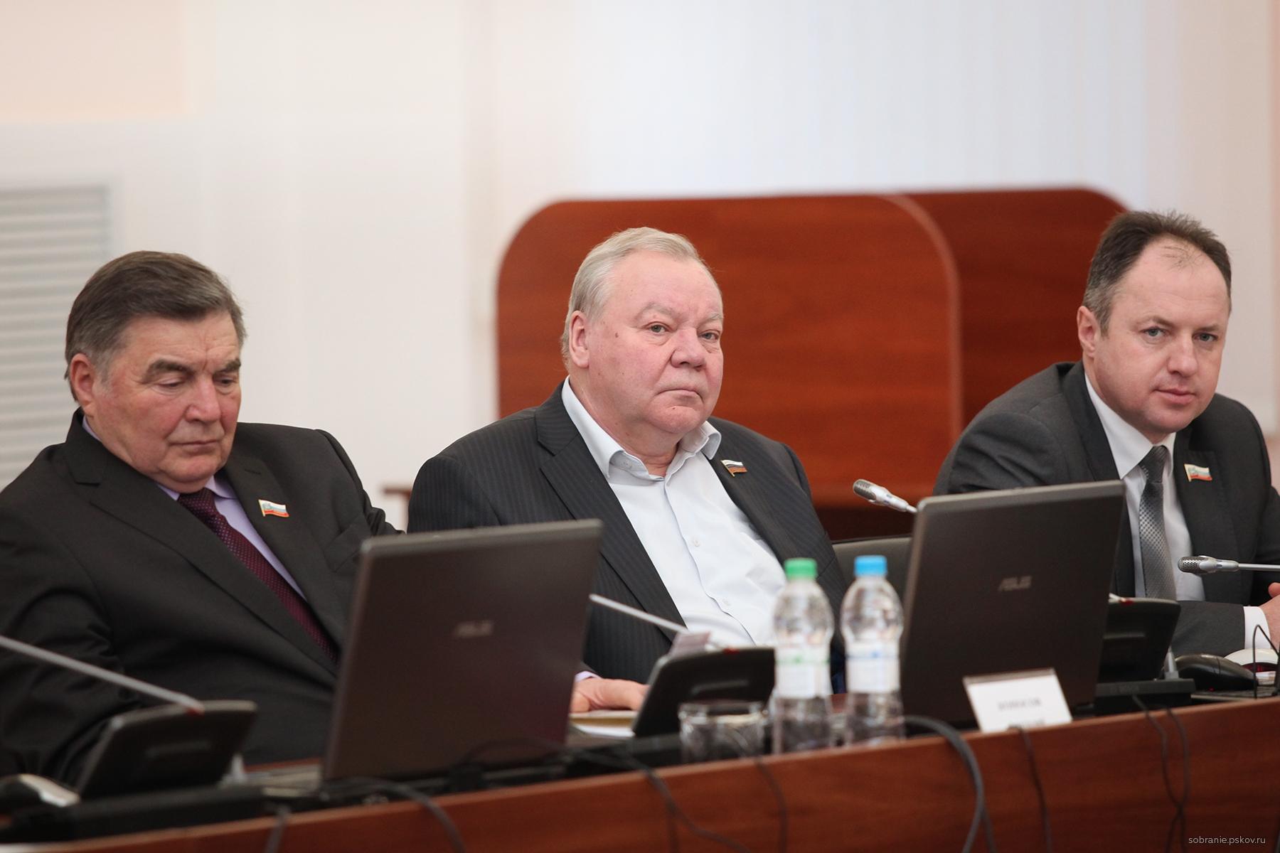 Владимир Яников (в центре)