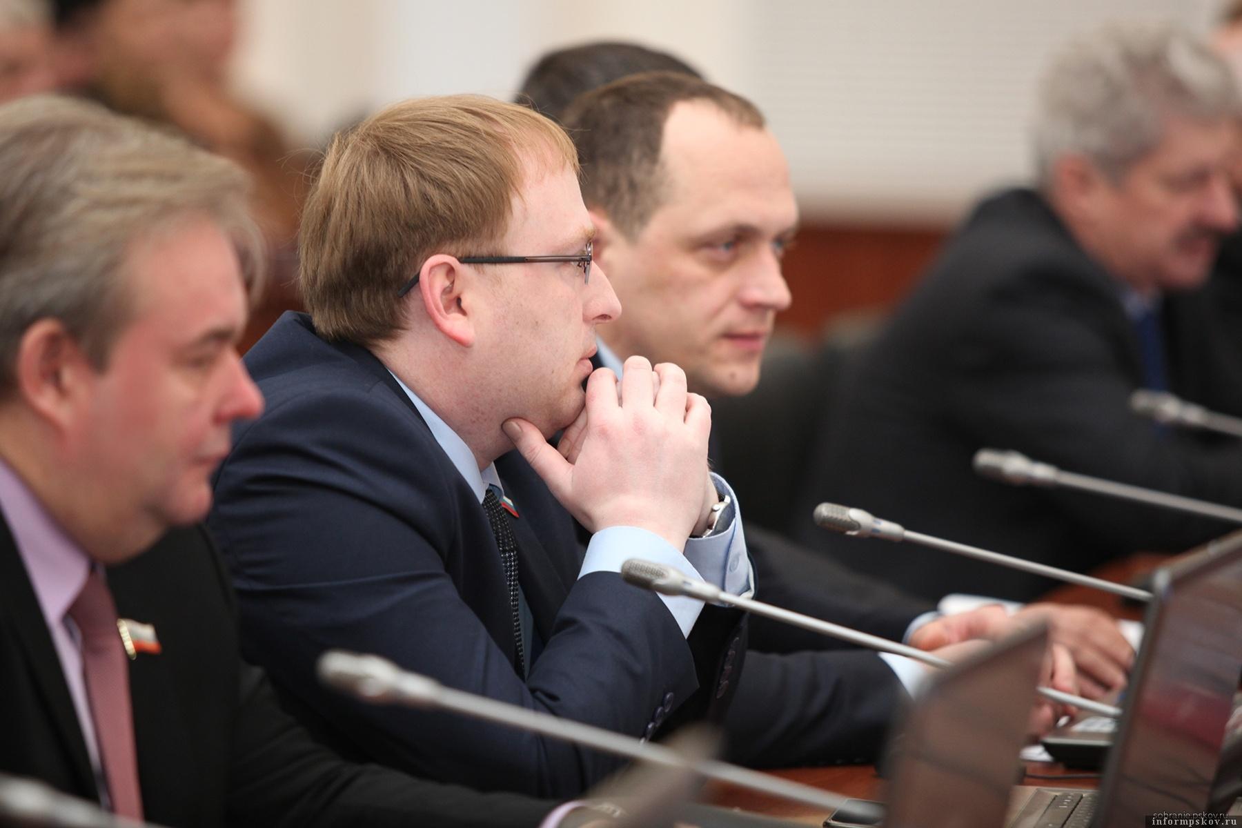 Представители ЛДПР Антон Минаков (в центре) и Юрий Павлинов (справа) в начале сессии зачитали обращение из Порхова, но затем прогуляли доклад вице-губернатора Александра Кузнецова о мусорной проблеме