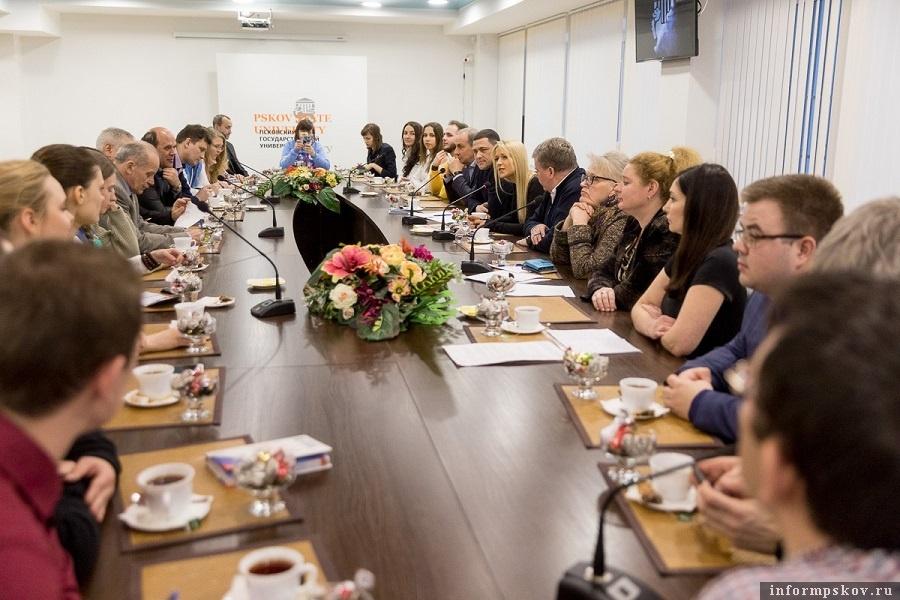 Михаил Ведерников на встрече с псковскими волонтерами