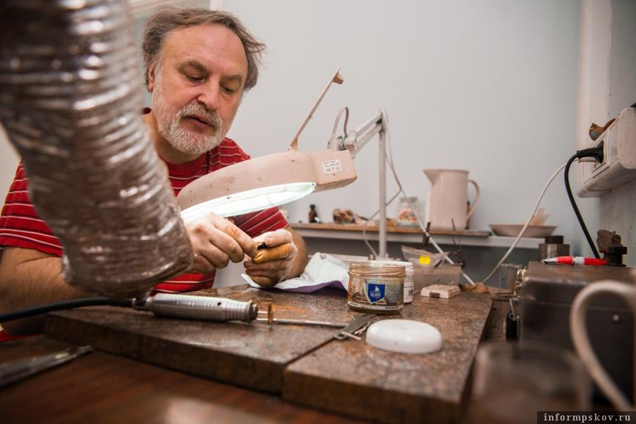 Сергей Салмин за рабочим столом реставратора
