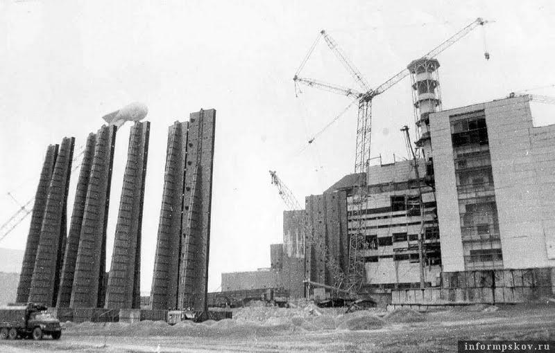 Строительство саркофага над аварийным четвертым энергоблоком ЧАЭС, 1986 (фото с сайта sivator.com)