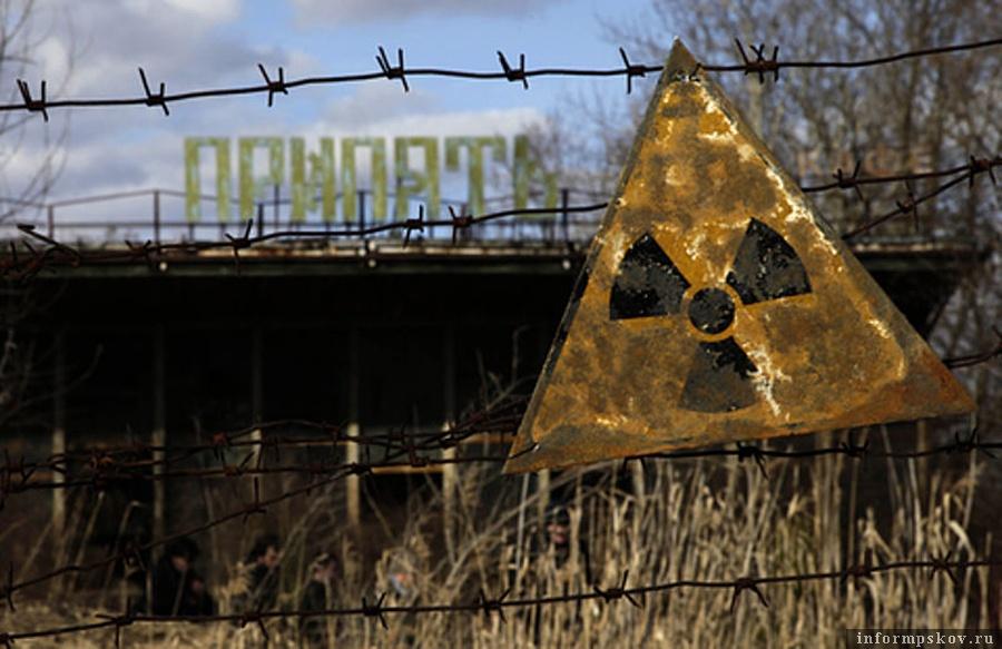 Знак радиации около речного порта Припяти (фото Diana Markosian, Wikipedia)