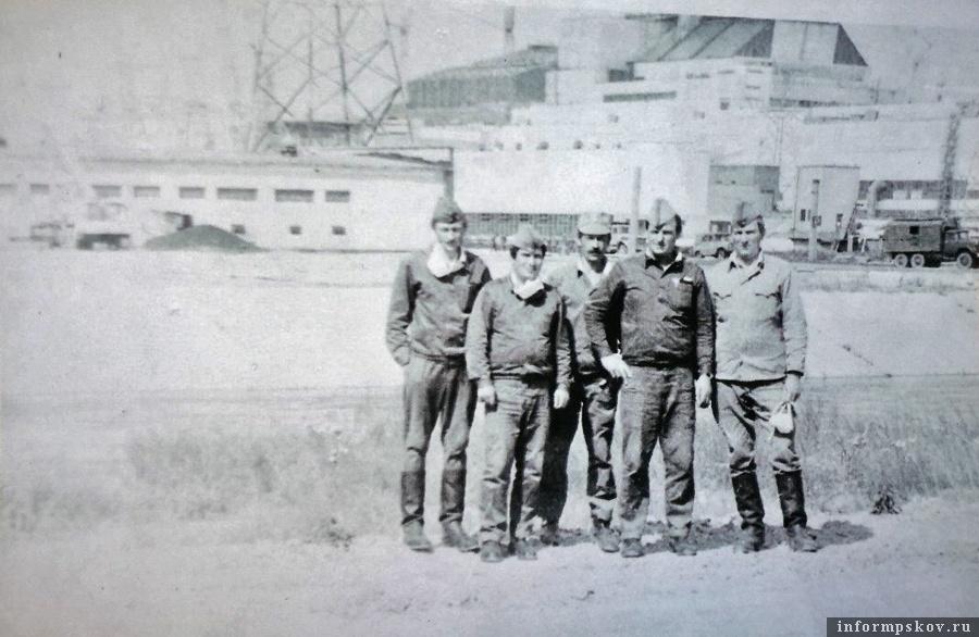 Взвод Виктора Петрова на фоне Чернобыльской АЭС, 1987 (фото Виктора Петрова)