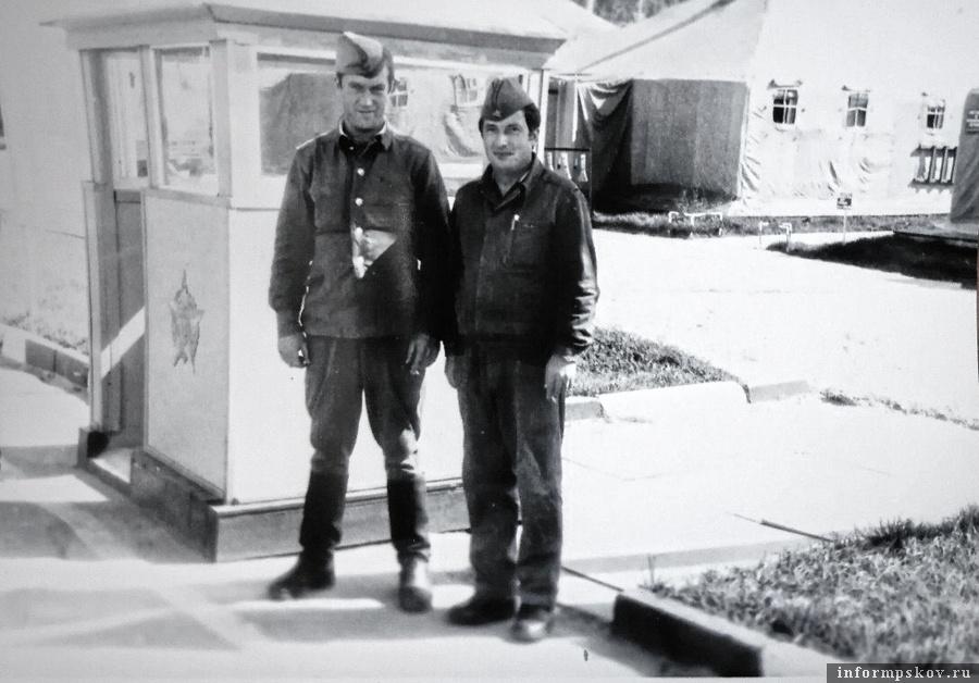 Виктор Петров (справа) с товарищем-ликвидатором на базе у зоны отчуждения (фото Виктора Петрова)