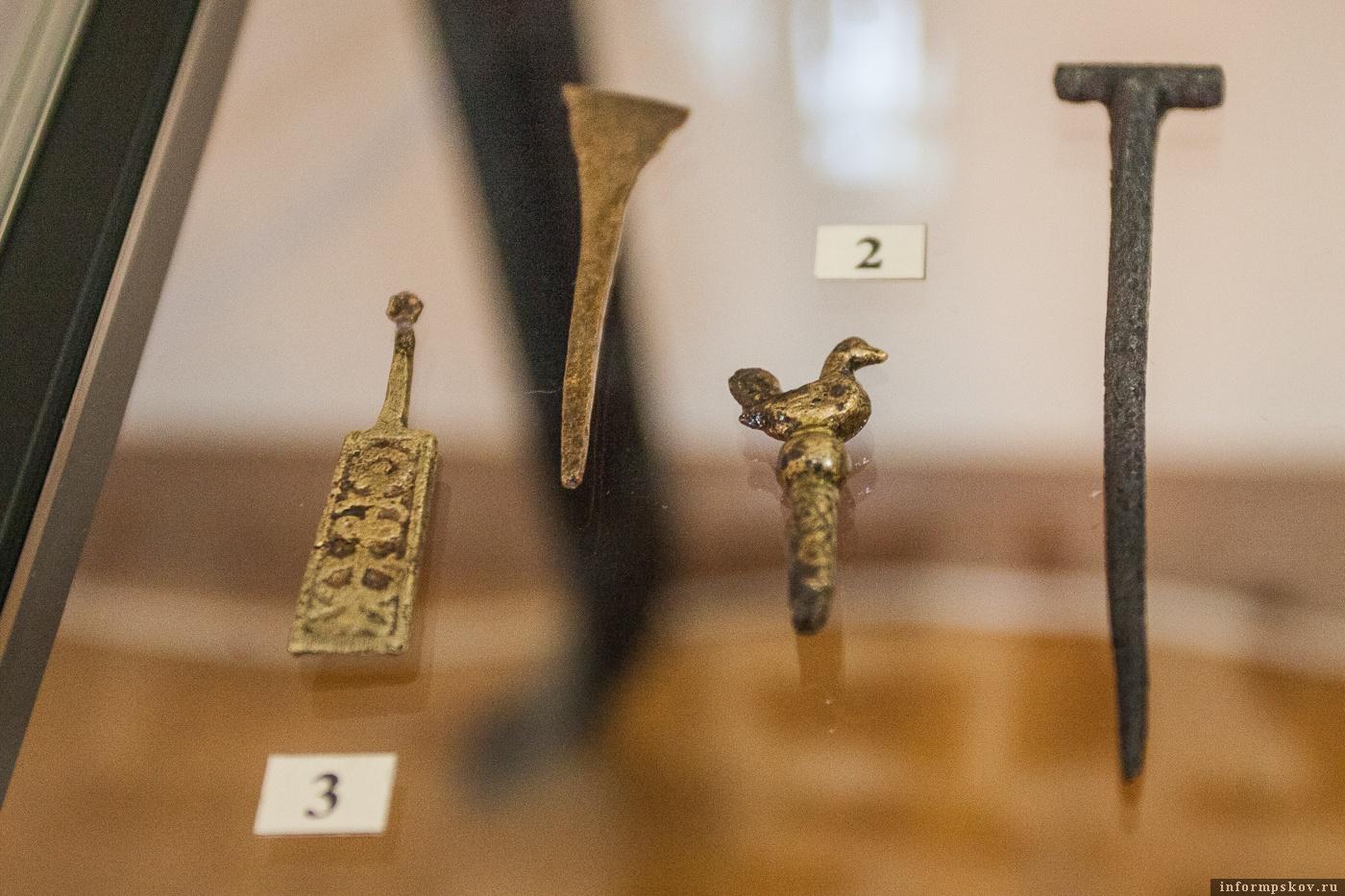 На фото: Косметическая ложка с орнаментом и копоушка с навершием в виде птички