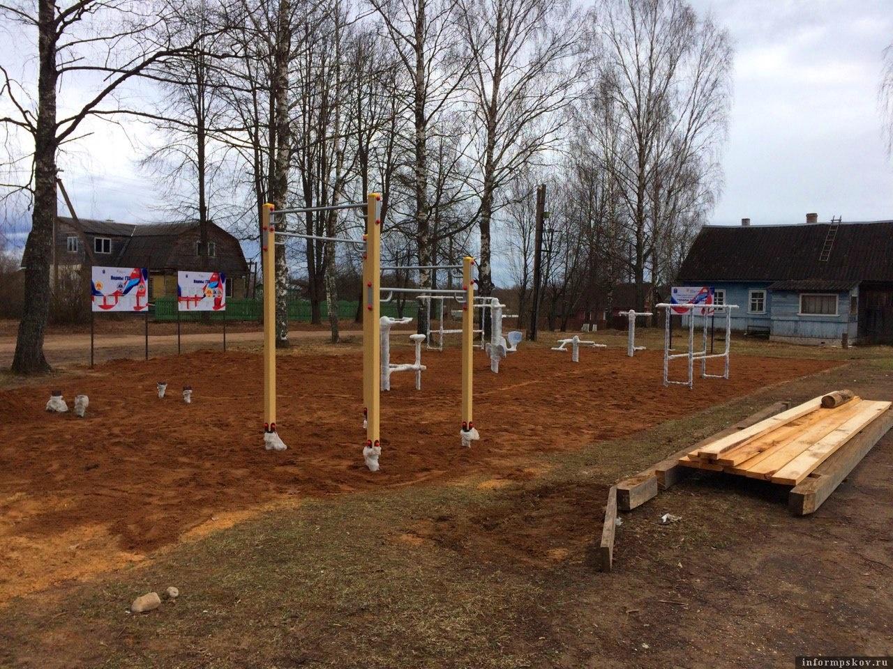 Спортивная площадка в гдовском поселке Ямм.
