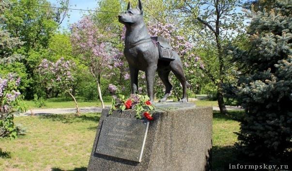 Памятник собакам-подрывникам в Волгограде. Фото с сайта rutraveller.ru