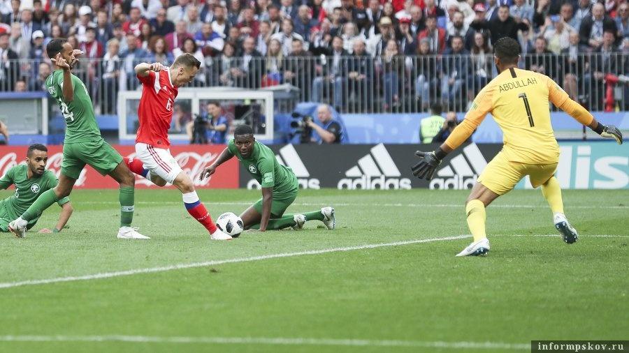 Денис Черышев забивает гол в матче с Саудовской Аравией. Фото из официального Твиттера сборной.