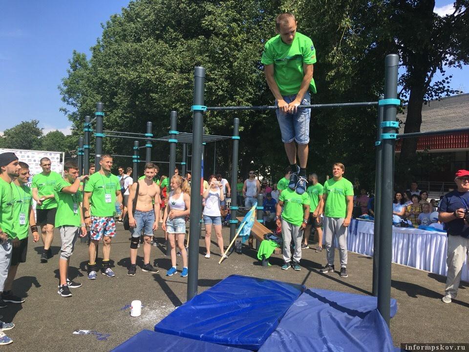 Выступление спортсменов на новой спортплощадке в Пскове.