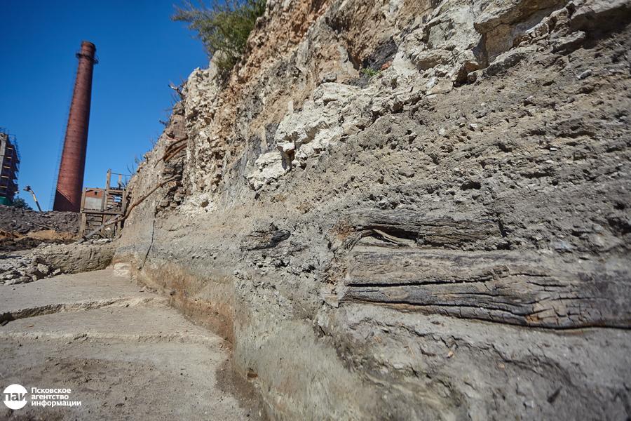 Кое-где из стенок рва выглядывают остатки деревянных мостков