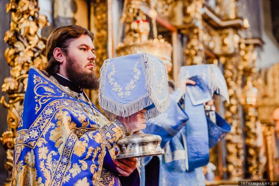 На фото: епископ Фома