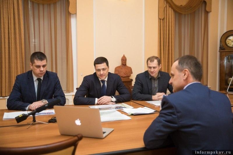 """Александр Кузнецов (крайний слева) и Дмитрий Спивак (крайний справа) на совещании по застройке микрорайона """"Борисовичи"""" в начале 2018 года"""