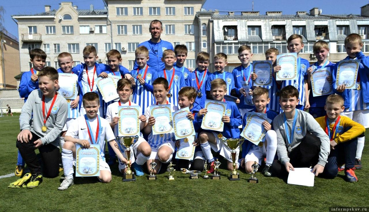На фото: «Псков-747» – победитель XXXVI юношеского турнира по футболу «Псковская весна - 2018» среди команд 2008 года рождения. Фото из социальной сети.