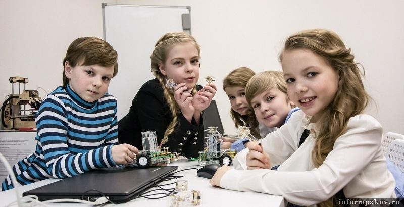 Фото предоставлены псковским «РОББО клубом». Ученики Алексея Орлова учатся программировать на открытых робо-платформах собственного производства и управлять этими роботами.