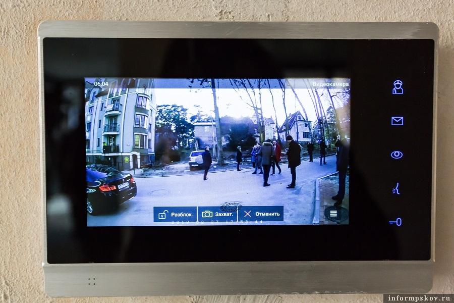 Видеопанель в квартире, на которую выводится изображение с камеры IP-домофона