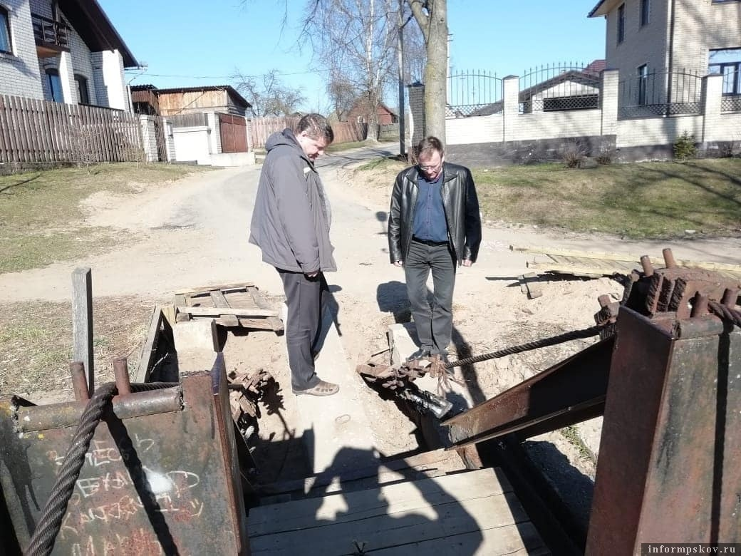 Работы по ремонту подвесного моста в Опочке. Фото из Instagram Юрия Ильина