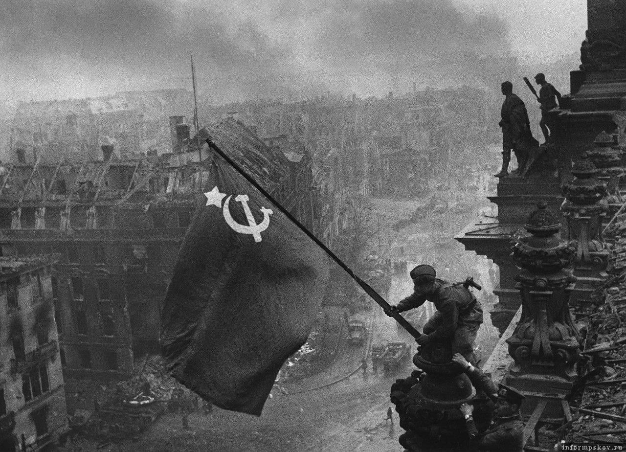 «Знамя Победы над рейхстагом». Фотография из серии снимков советского военного корреспондента Евгения Халдея.