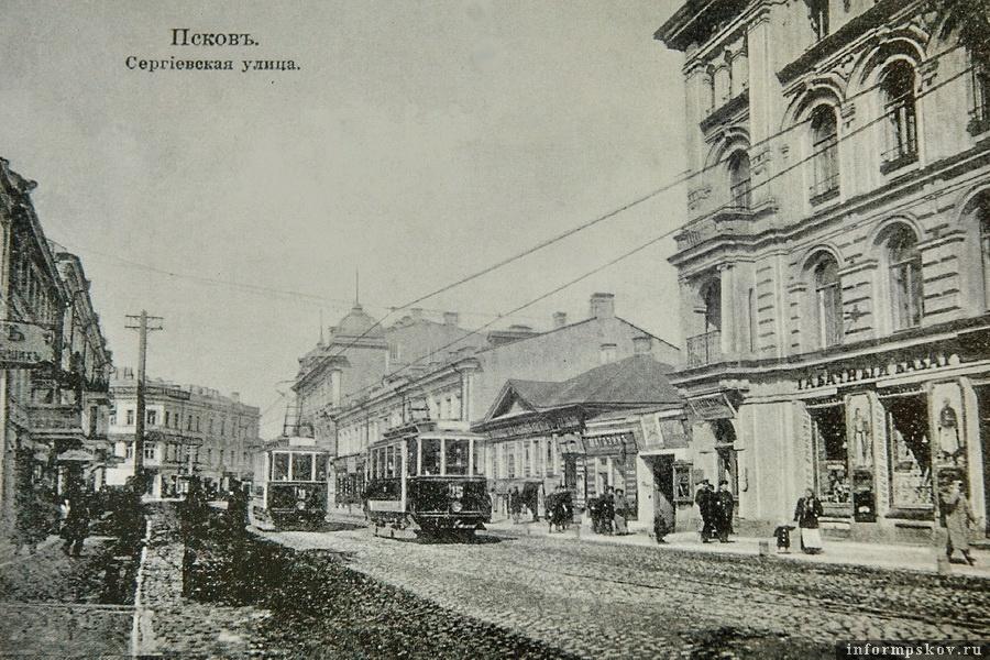 Справа - одноэтажный дом Егора Клюге, ещё правее - доходный дом купца Августа Гессе
