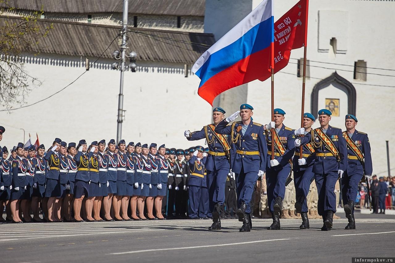 Флаг России и Знамя Победы выносят на параде 9 мая в Пскове. Фото Дарьи Хватковой.