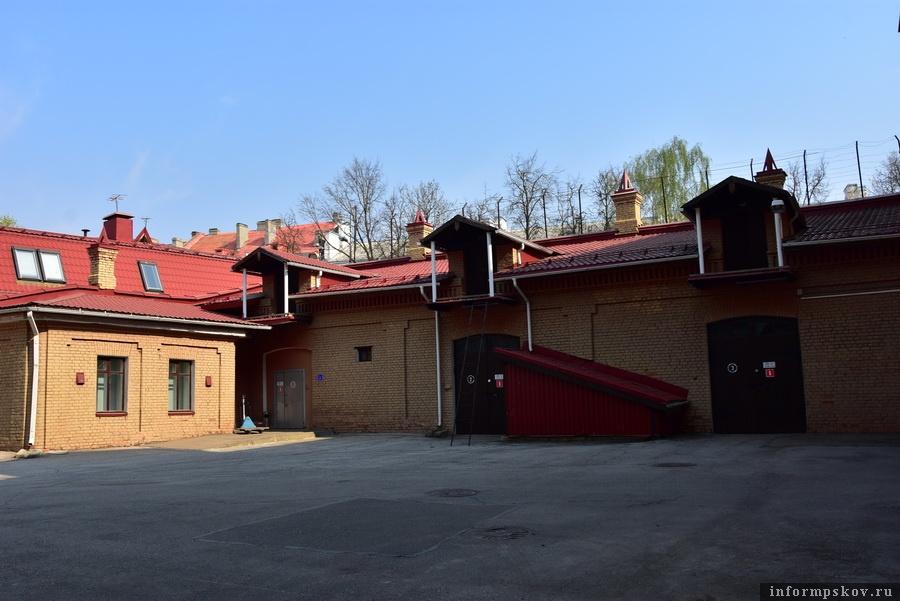 Внутренний двор, здание каретного сарая и кладовых