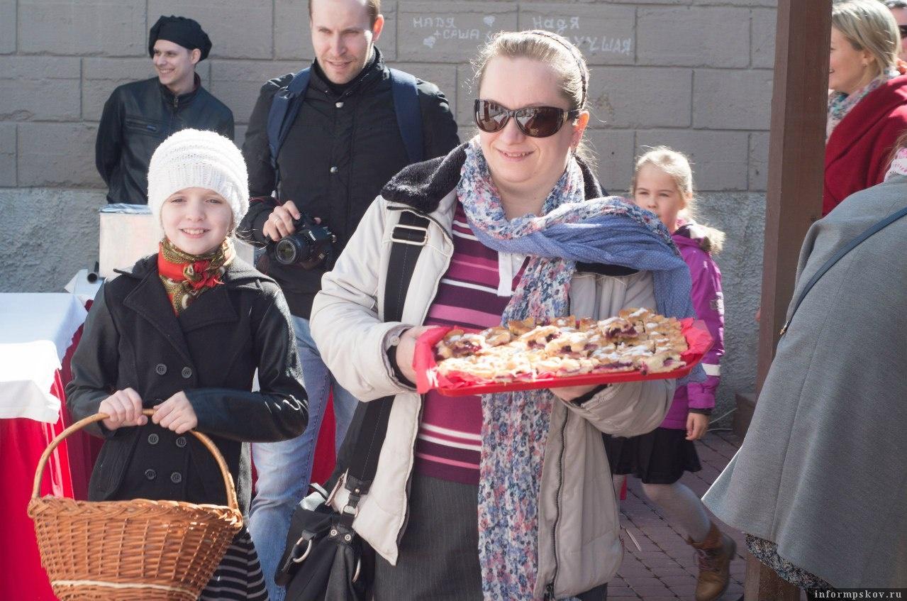 На фото: коллектив школы храма Василия на Горке на празднике псковского пирога. Фото из группы «Праздник псковского пирога» в социальной сети «ВКонтакте»