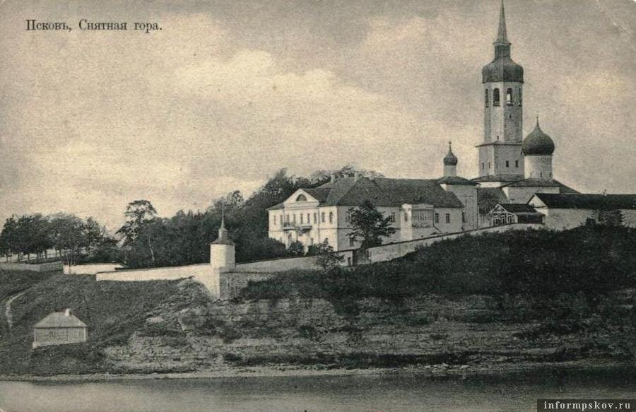 Дореволюционная фотография монастырских построек. Вид с левого берега реки Великой