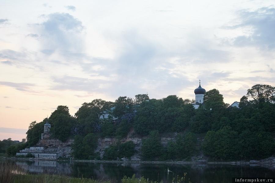 Современный вид на Снетогорский монастырь с левого берега реки Великой