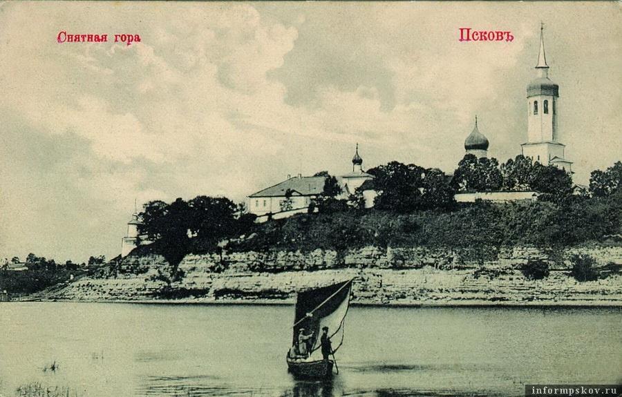 Дореволюционная фотография монастыря, сделанная с реки. На снимке хорошо заметна колокольня Вознесенского храма