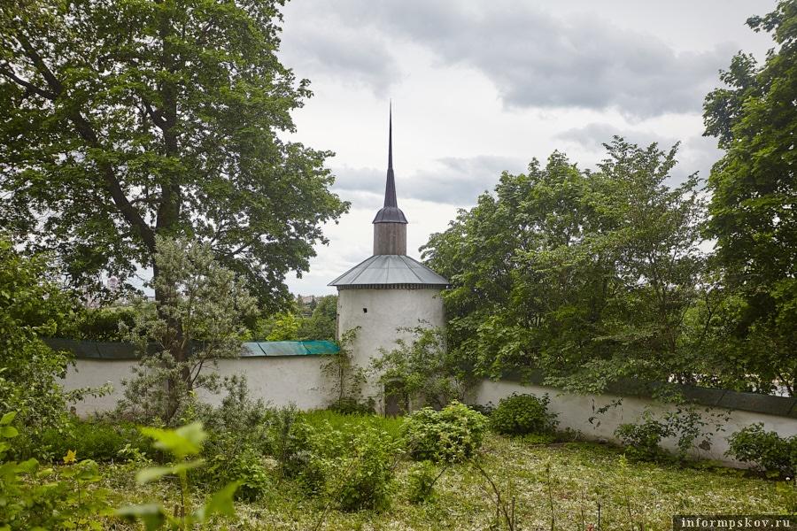 Вид на южную башню с территории монастыря