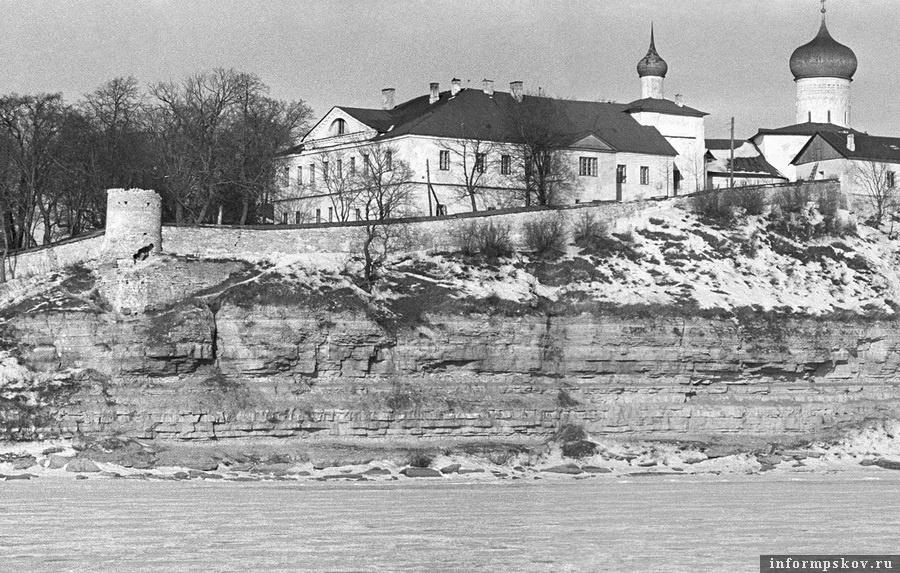 Вид на монастырские постройки с левого берега реки Великой