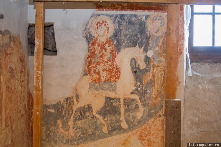 """Фреска в храме Рождества Богородицы. Белый конь несет в Египет священную ношу – новорожденного Господа и его Святую Матерь. Фото """"Псковской правды"""""""