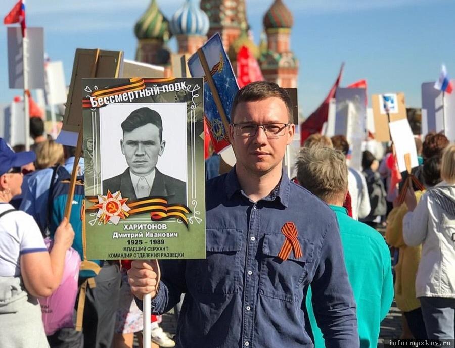 Кирилл Харитонов с фотографией деда Дмитрия Харитонова.