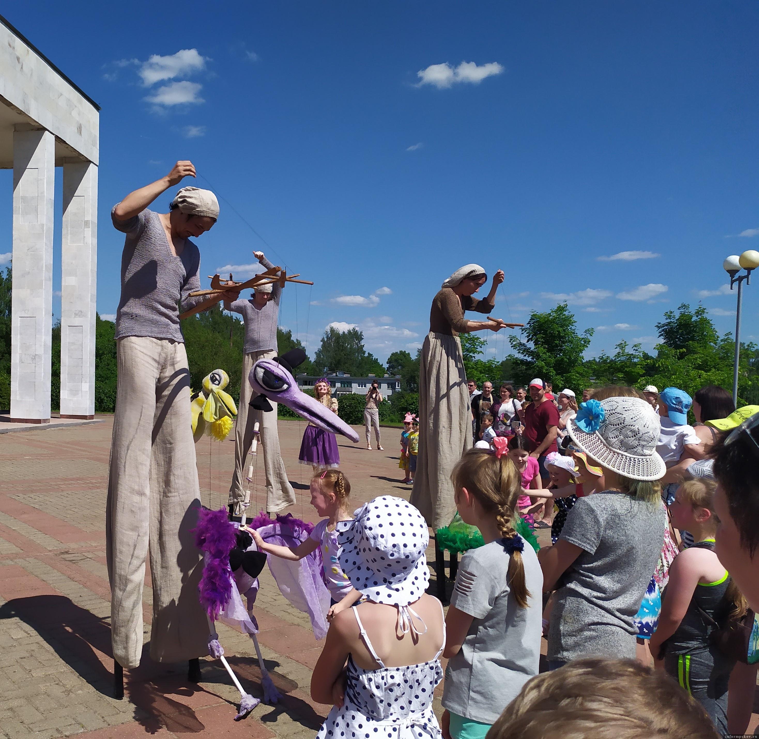 Сцена из уличного представления «Люди и птицы». Театр кукол «Туки-Луки» (Пермь)