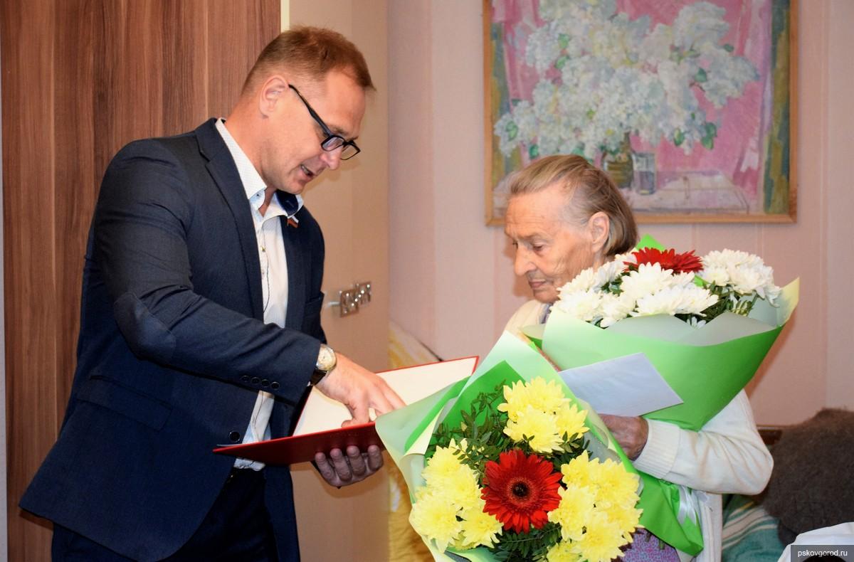 Депутат Александр Баев поздравил с 90-летием псковичку Анну Золотову