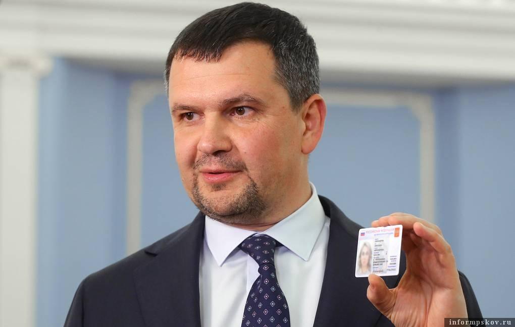 Максим Акимов демонстрирует образец электронного удостоверения личности гражданина России. Фото: Екатерина Штукина / ТАСС.