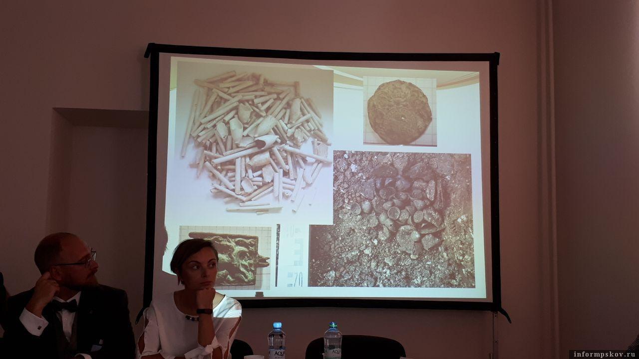 Гербовая английская печать и голландские курительные трубки. Фото ПАИ