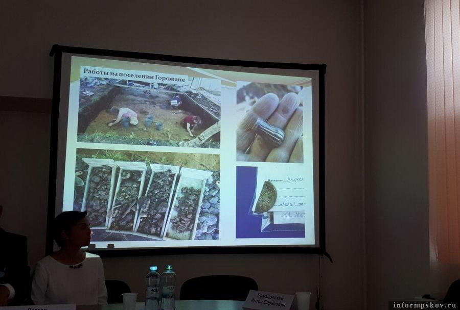 На фото справа часть костяной рукоятки и фрагмент арабского дирхема